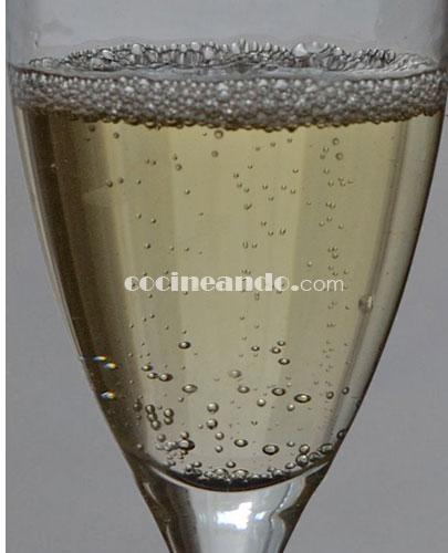 La cata del vinos espumosos, cava y su maridaje: ¿Qué es el perlaje? La crianza del cava según las burbujas