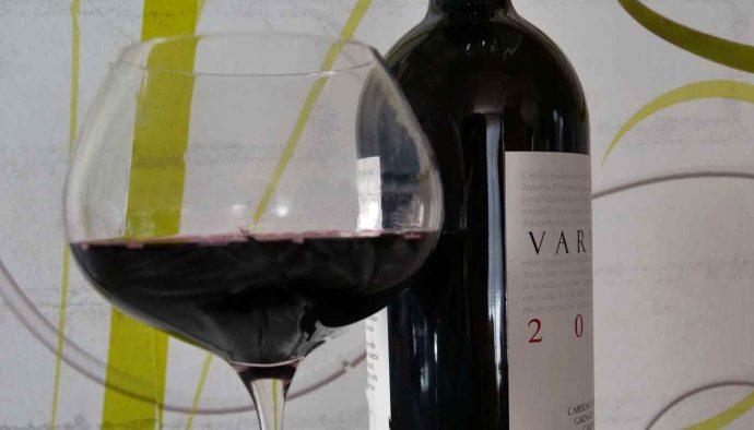 Cómo leer etiquetas y contraetiquetas de vinos: la información sobre su identidad