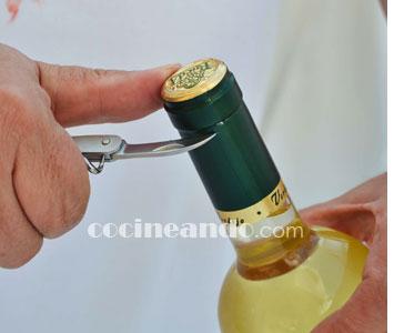Cómo abrir botellas de vino, el primer paso: cortar la cápsula